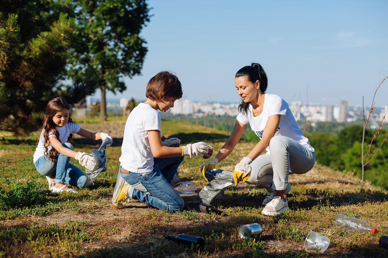 Dzień bez śmiecenia – Mama z dziećmi sprzątają śmieci – Velvet