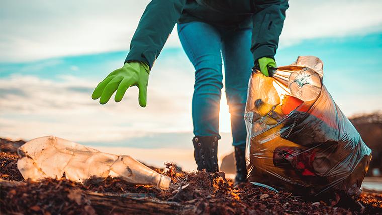 Osoba zbierająca śmieci – Dzień Ziemi – wszystko, co musisz o nim wiedzieć