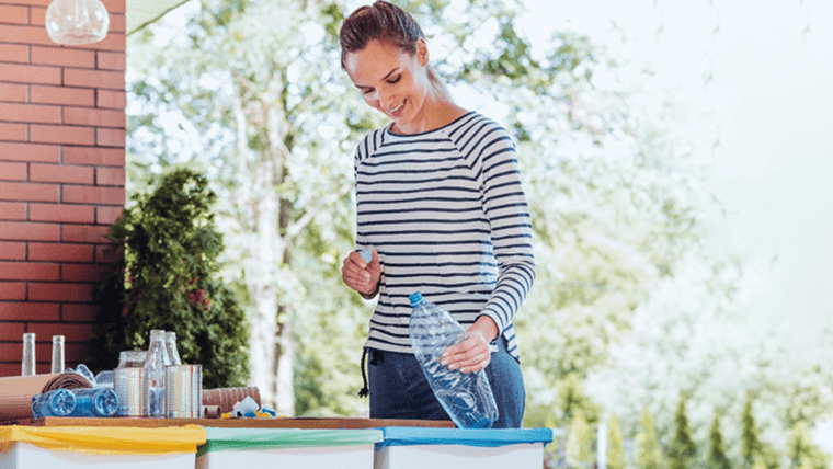 Kobieta sortująca plastik - recycling co to jest?