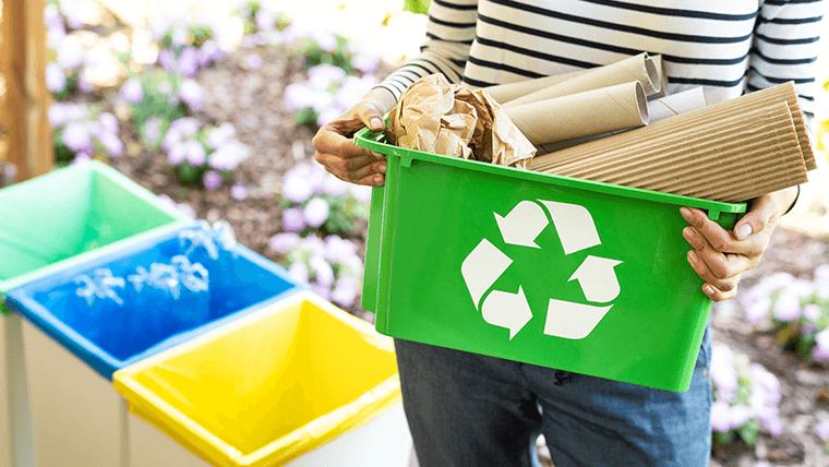 Kobieta trzymające zielone pudełko z papierem do recyclingu – Recycling – co to jest?