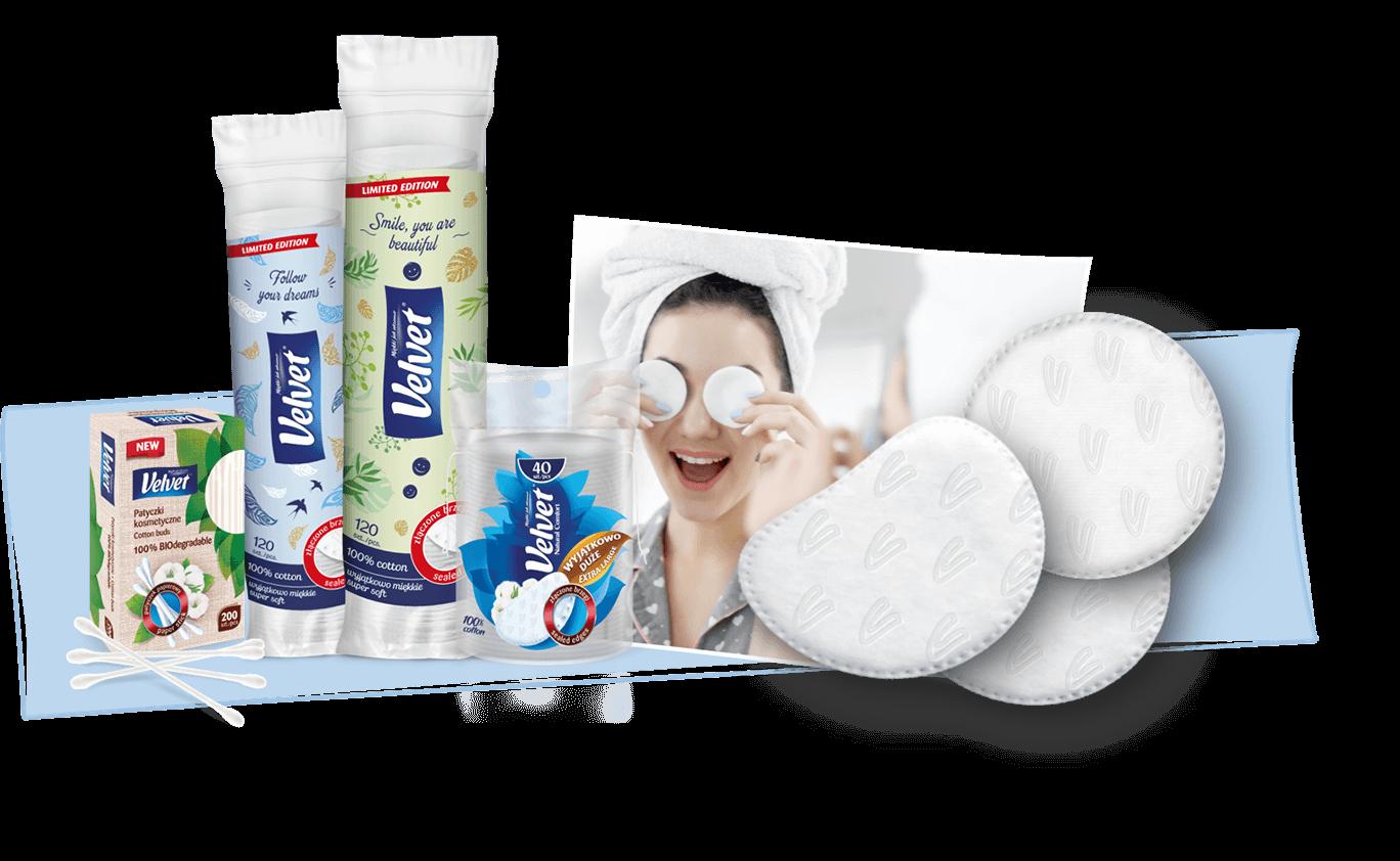 Kobieta wykonująca demakijaż bawełnianymi płatkami kosmetycznymi – prezentacja płatków i biodegradowalnych patyczków kosmetycznych Velvet
