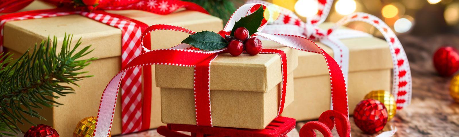 Nie tylko Mikołaj! Kto jeszcze przynosi prezenty dzieciom?