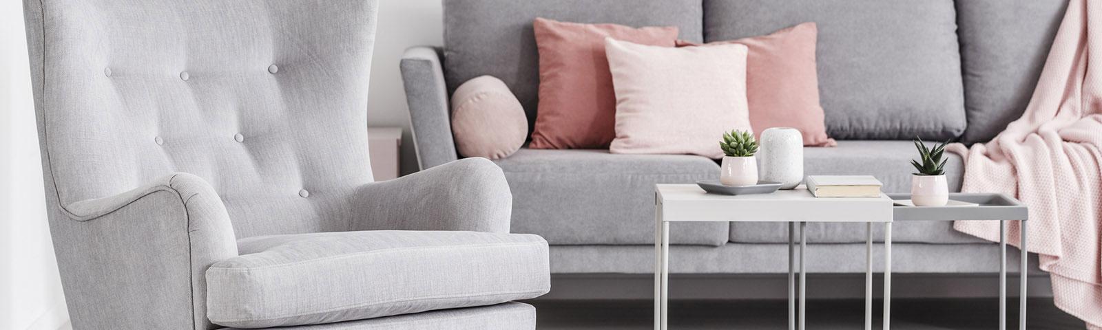 Jak łączyć poduszki na kanapie? 3 najlepsze kombinacje!